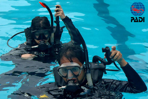 Discover Scuba Diving Course in a swimming pool