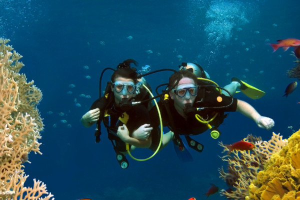 2 divers on PADI certifications in Costa Rica