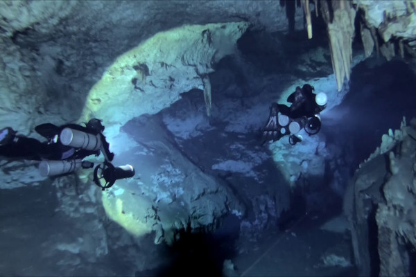 Dive in caves with DPV